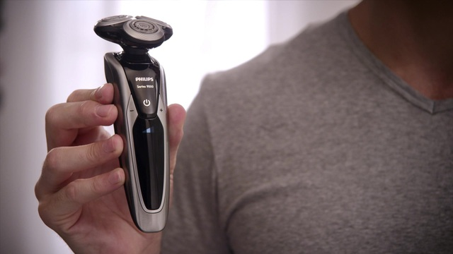 Philips Shaver series 9000 elektrischer Nass- und Trockenrasierer S9711/31 V-Track-Präzisionsklingen, 50Min. Akkubetrie Video 12